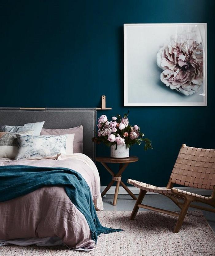 combinaciones de colores, combinacion muy moderna de azul marino y color rosa pastel, decoración de flores peonías y cuadro en la pared, alfombra color rosa