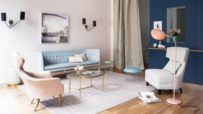 combinaciones de colores, salón de contrastes con una área en colores pasteles y otra parte en azul marino, muebles modernos, sofá en azul bebé