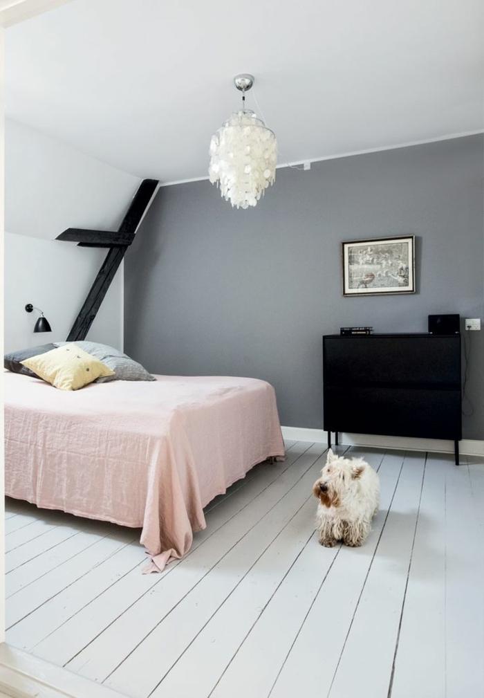 habitaciones de matrimonio, dormitorio con paredes inclinados pintados en gris y blanco, suelo de madera en gris y detalles en tonos pastel