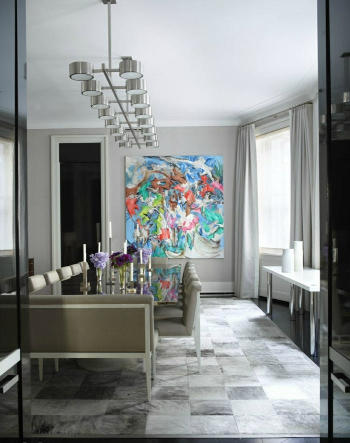 comedores modernos, comedor moderno en gris con cuadro en colores chillones, sillas y banco tapizados en piel, suelo con azulejos