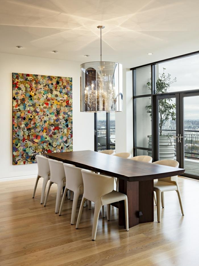 comedores, comedor con vista, grande mesa de madera, suelo de parquet y decoración en la pared, lámparas empotradas en el techo