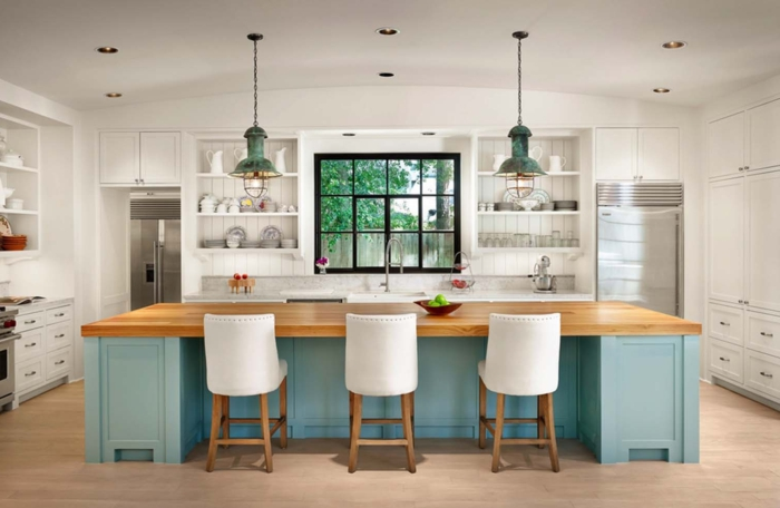 cocina americana, propuesta moderna con aire de frescura, grande barra en azul con encimera de madera y sillas tapizadas en blanco
