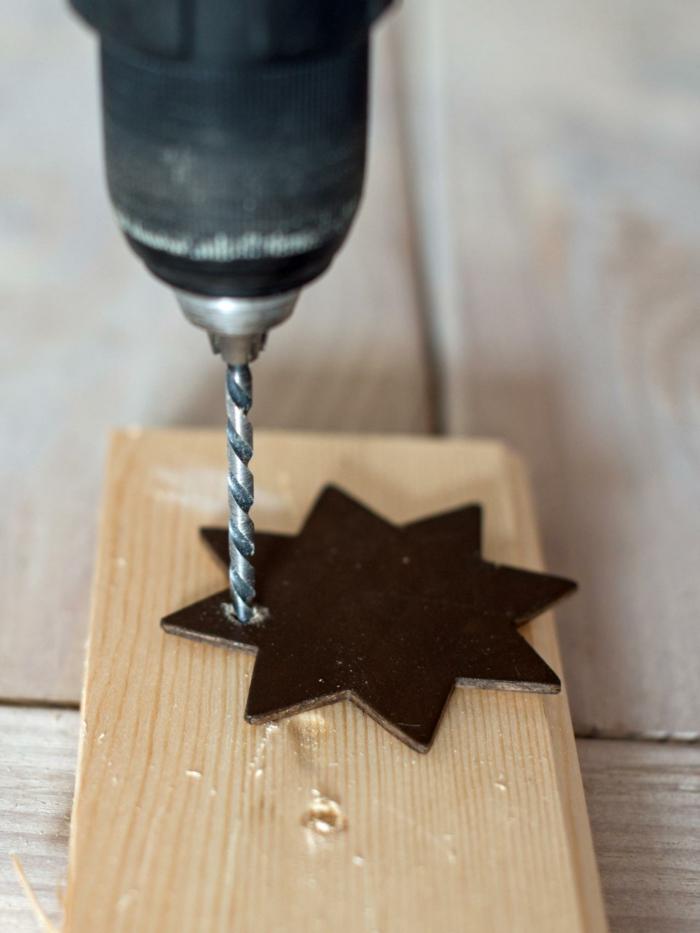 manualidades navideñas, etapas para elaborar un adorno navideño DIY, estrella de ocho puntas en marrón