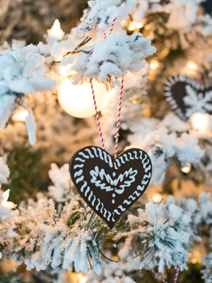 manualidades navideñas, bonito adorno navideño colgado en e árbol, corazón en marrón con decoración en blanco