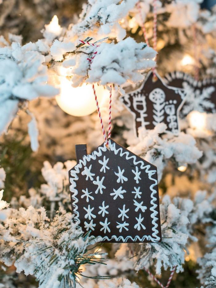 manualidades navideñas, bonitos ornamentos para el pino de Navidad, adornos en marrón con dibujos infantiles
