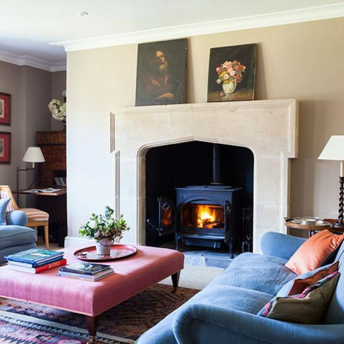 chimeneas modernas, salón vintage con mesa y sofá tapizado con peluche, estufa vintage en negro