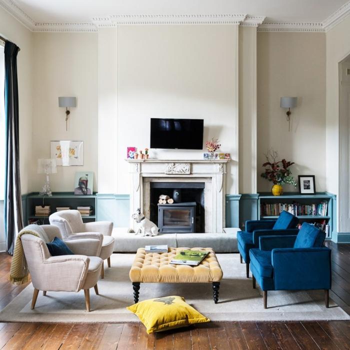 estufas de leña, interior moderno con sillones de peluche en beige y azul intenso, techo alto