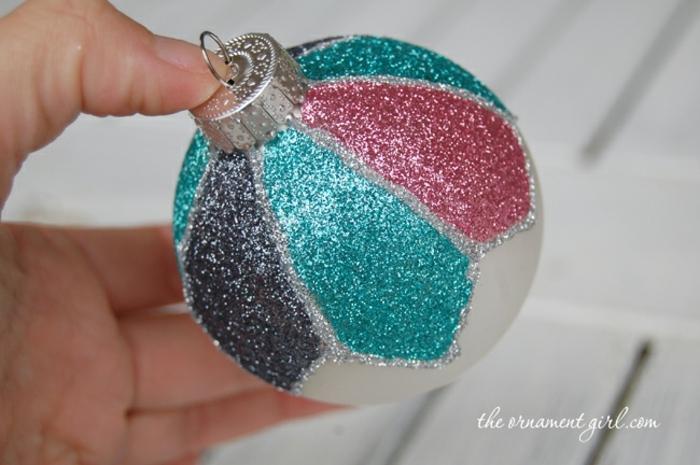 bolas de navidad, ornamento casero con mucho resplandecer, bola de vidrio con capa de purpurina en diferentes colores
