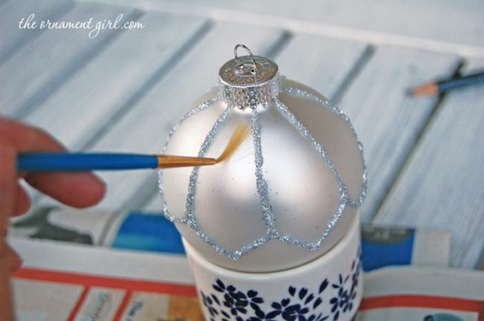 bolas navidad, pasos para crear un ornamento navideño muy refinado, esfera en color plata, decorada de brocado