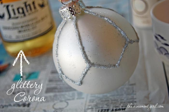 adornos de navidad caseros, ornamento de esfera con capa de purpurina, manualidades faciles para Navidad