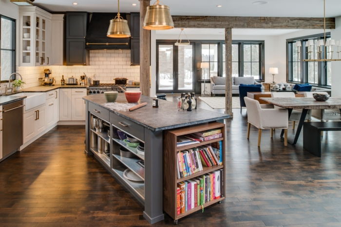 cocina americana, ejemplo moderno, barracolocada de una manera original, salón espacioso, lámparas vintage y suelo de madera