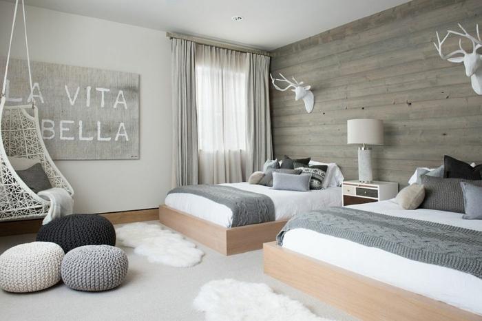 dormitorios de matrimonio, habitacion espaciosa en beige, gris y blanco, decoración moderna y acogedora, silla colgante blanca