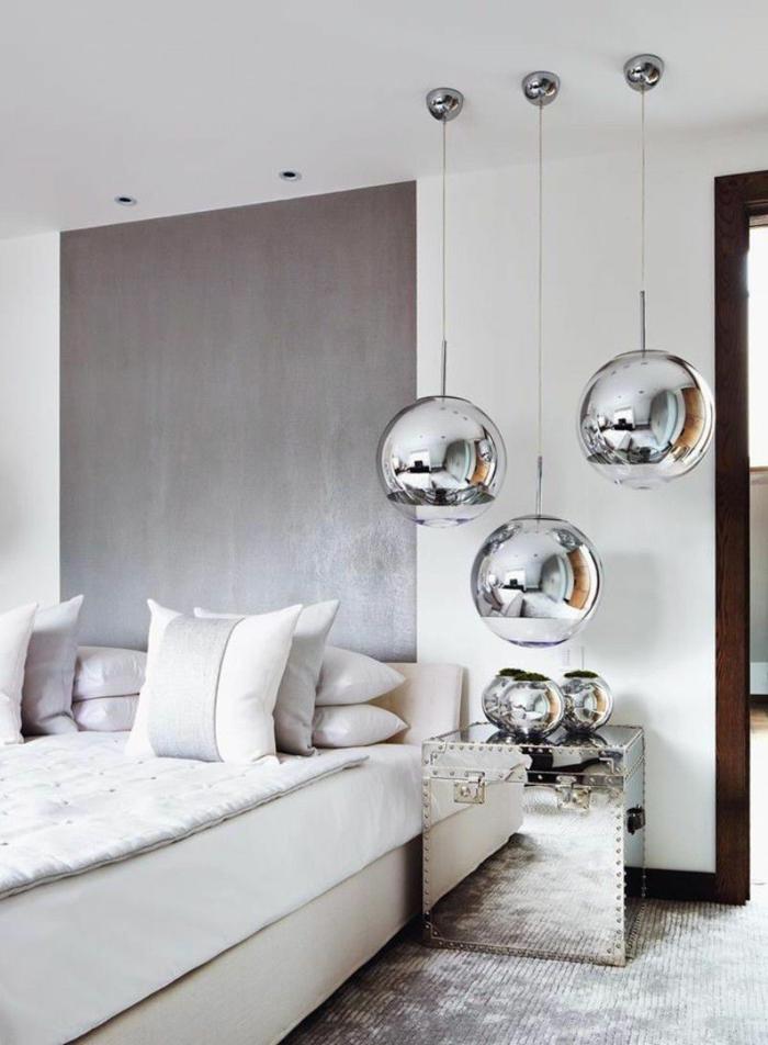 dormitorios de matrimonio, habitacón de estilo en gris y blanco, lámparas de color plata, suelo con moqueta, propuesta muy refinada
