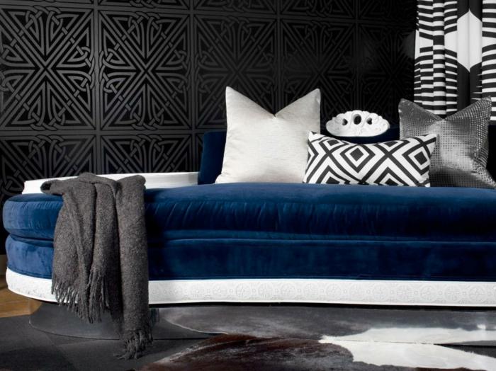 como pintar una habitación, propuesta actual para los atrevidos, paredes con papel pintado negro, sofá tapizada con terciopelo en azul y detalles en blanco y negro
