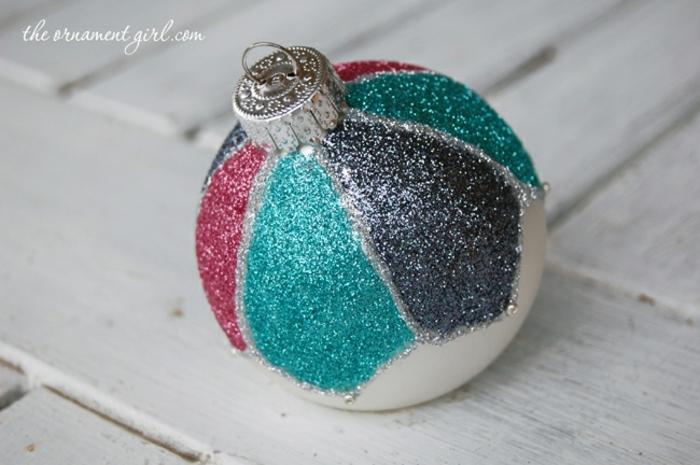 bola de navidad, bonita decoración hecha con pegamento y purpurina, adornos caseros fáciles de hacer