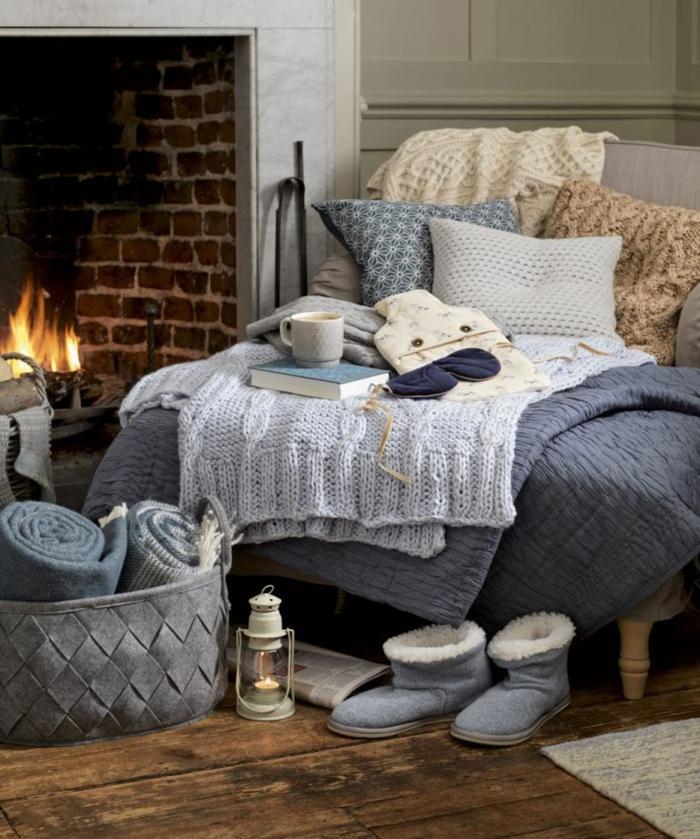 estufas de leña, rincón de lectura acogedor, chimenea tradicional, suelo de parquet, cojines decorativos