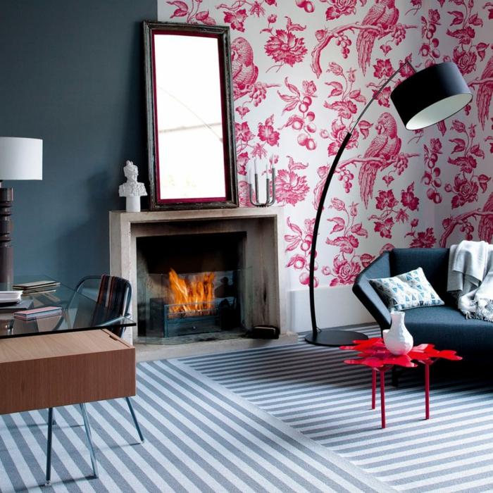 estufas de leña, salón moderno con papel pintado en motivos florales, chimenea de leña, lámpara mdoerna