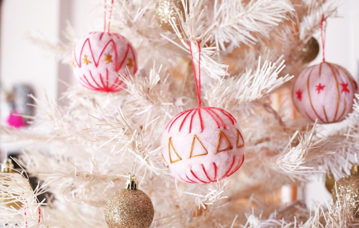 manualidades navideñas, adornos originales hechos de algodón y hilo, idea fácil y atractiva para hacer ne casa