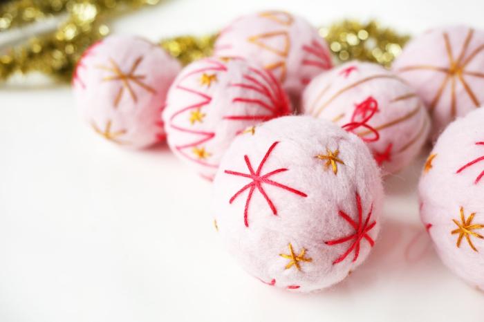 manualidades navidad, trozos de algodón color rosa y guirnaldas y bolas doradas para hacer adornos DIY