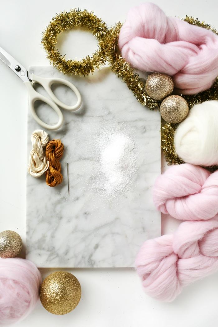 manualidades navideñas, materiales para hacer unas bolas de algodón para decorar el árbol de Navidad, hilo, tijeras y decoración en dorado