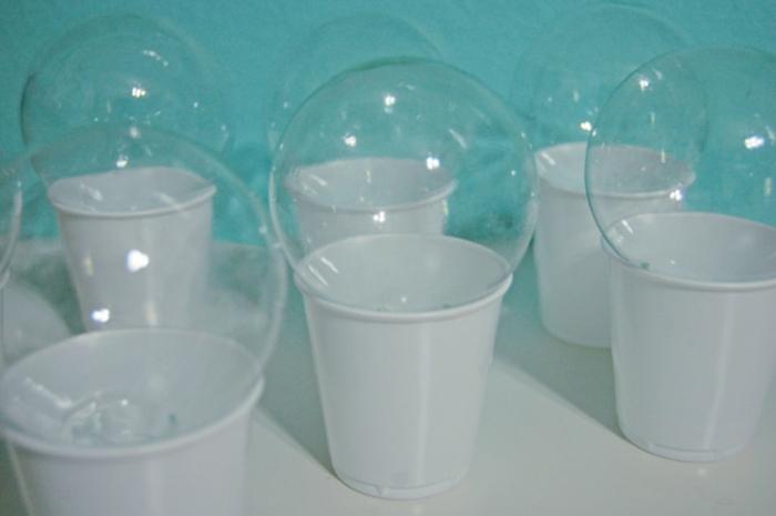 bolas navidad, tutorial para pintar y decorar DIY unos ornamentos de vidrio en forma de bolas, manualidades faciles Navidad