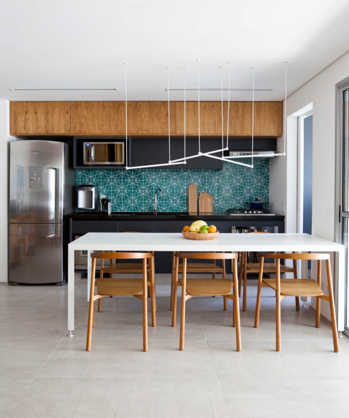 cocinas americanas, ejemplo con detalles de madera, barra tipo mesa blanca, lámparas originales en blanco