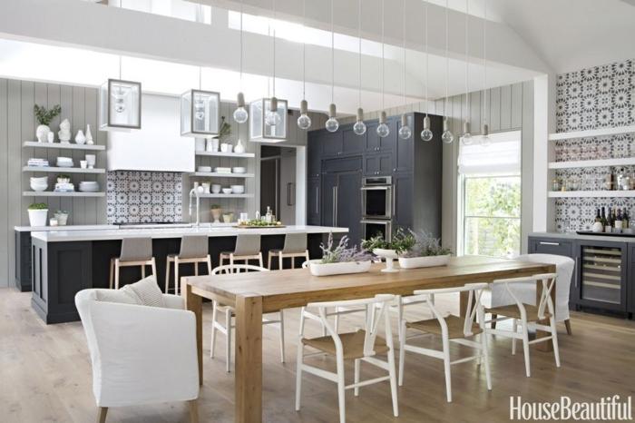cocinas americanas, grande cocina con comedor, cocina con barra en blanco y gris, lámparas tipo bombillas colgantes