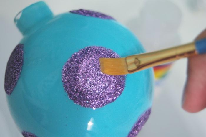 como hacer bolas de navidad, precioso adorno azul con motivos en lila hecho a mano para tu árbol navideño