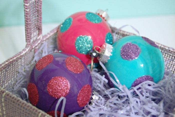 bola navidad, tres esferas en morado, azul y rojo pintadas con pintura acrílica por dentro y decoradas con purpurina