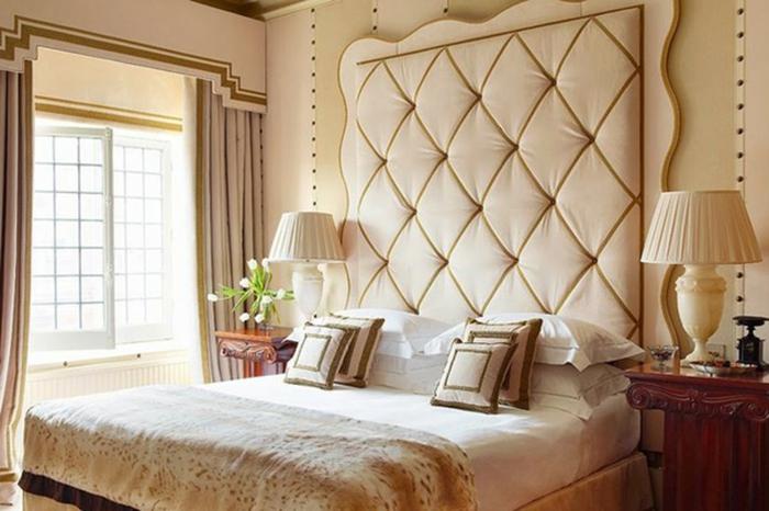 cabeceros de cama, habitación en beige con cabezal original capitoné y cama doble con cojines de estilo, grandes ventanas con cortinas en beige
