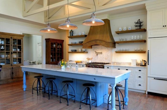 barra americana, propuesta con barra hecha de un armario vintage y pintada en color azul, campana extractora de madera, tres lámparas colgantes