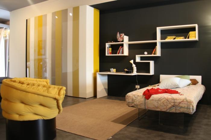 combinar colores, habitación con pared en negro y detalles en amarillo mostaza, suelo oscuro, iluminación empotrada y estantes flotantes en blanco