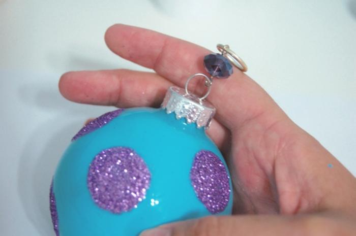 bola de navidad, refinado ornamento casero para la decoración de tu casa esta Navidad, bola azul con lunares en lila