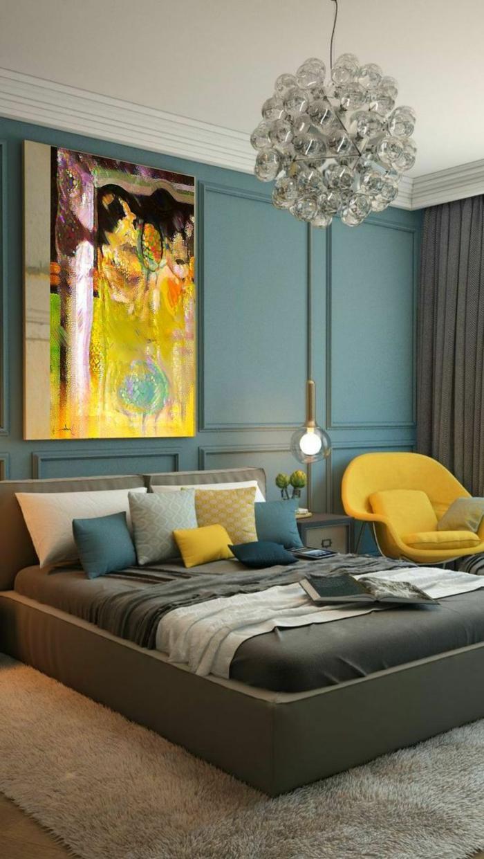 habitaciones de matrimonio, ejemplo moderno, habitación en azul verde con detalles en amarillo chillón, lámpara araña de vidrio, techo blanco