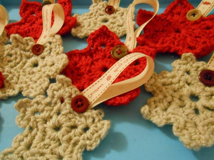 estrella navidad, bonitos ornamentos tejidos a crochet en rojo y beige para colgarlos en el árbol navideño