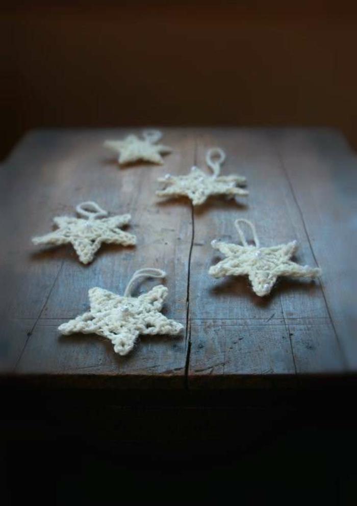estrellas de navidad, bonitos adornos navideños blancos de tejido a crochet, manualidades en forma de estrella