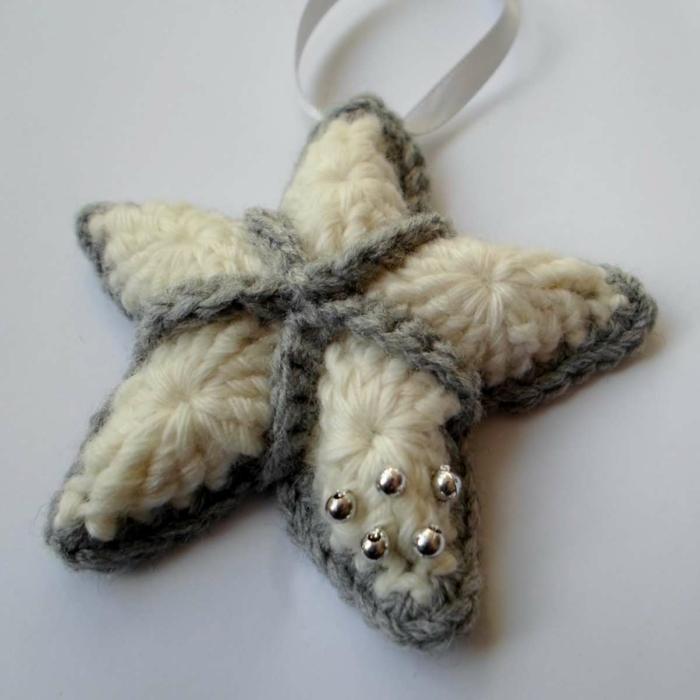 estrellas de navidad, adorno pequeño en blanco y gris de tejido, ornamento navideño en forma de estrella