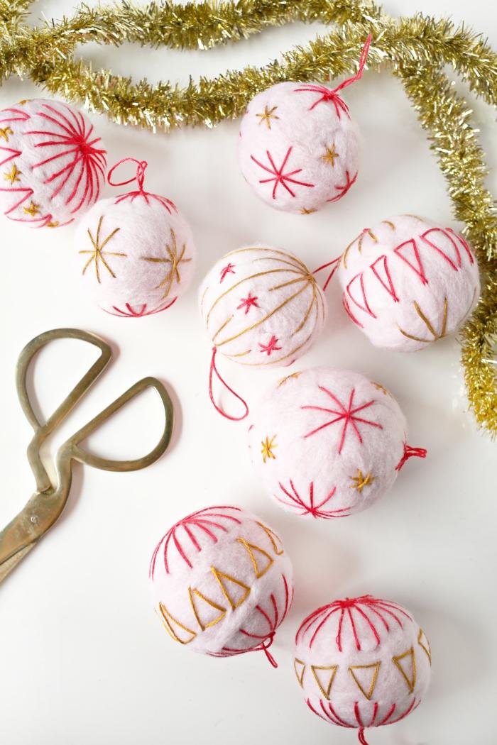 manualidades navideñas, bolas de algodón con bordado en rojo y dorado, bonitos ornamentos caseros para el árbol navideño