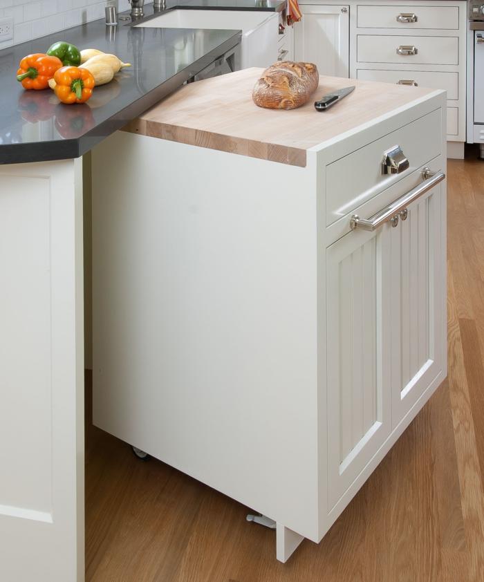 cocinas americanas, interesante idea de armario en ruedas pintado en blanco, encimera en gris, armarios blancos y suelo de parquet