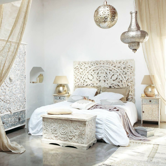 cabeceros de cama originales, propuesta sofisticada con muebles de mármol con ornamentos, cortinas aireadas en beige, lámparas decorativas doradas