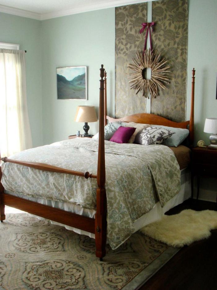 cabeceros, ejemplo de cabecero hecho a mano de tela estampado de rosas y una corona casera colgada en la pared, paredes en azul marino