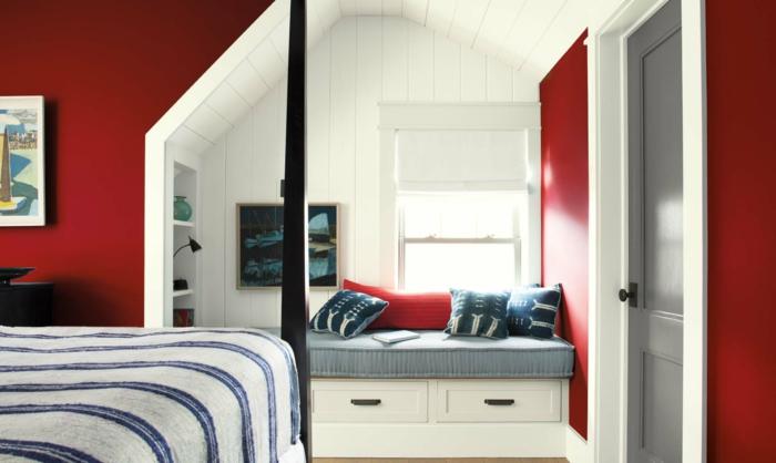 habitaciones de matrimonio, bonita propuesta en rojo y blanco, rincón con sofá, cama grande con cobija en blanco y azul