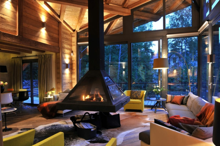 chimenea saln moderno con toque rstico chimenea de acero colgante grandes ventanales y - Salones Rusticos Con Chimenea