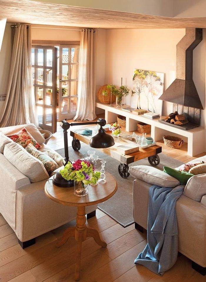 estufa de leña, salón luminoso y acogedor, muebles en tonos claros, mesa vintage de madera