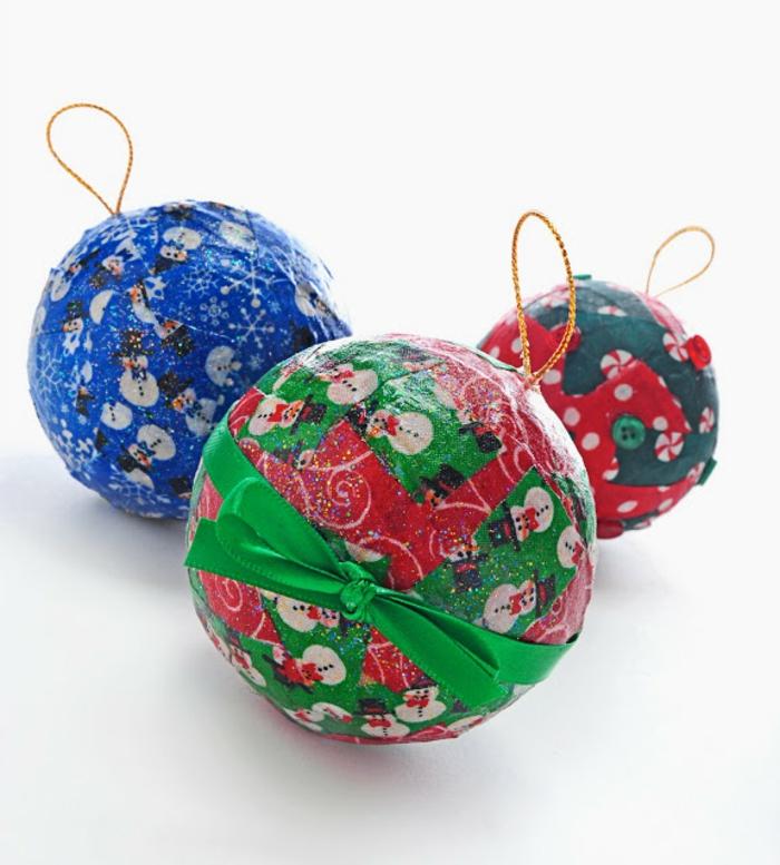 bolas de navidad, hechas con la técnica decoupage, telas coloridas con motivos navideños, manualidades faciles navidad