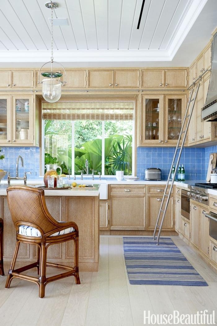 cocinas americanas, cocina de madera, techo de madera en blanco, detalles en azul, ventanas con estores
