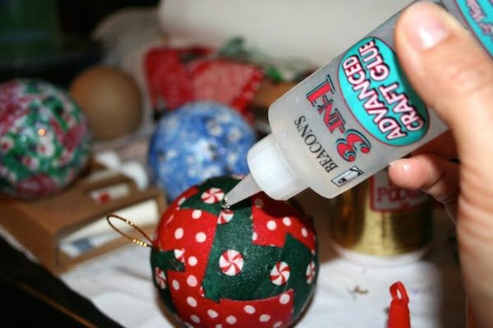 decoracion navideña casera, como elaborar esferas navideñas hechas con la técnica de decoupage