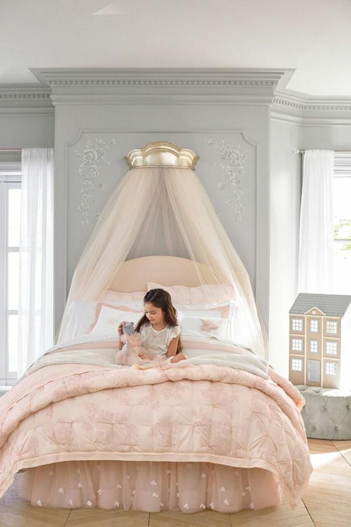 cabeceros de cama originales, cuadro infantil en color rosa con dosel y cabecero oval, paredes grises y cama con cobijas rosas