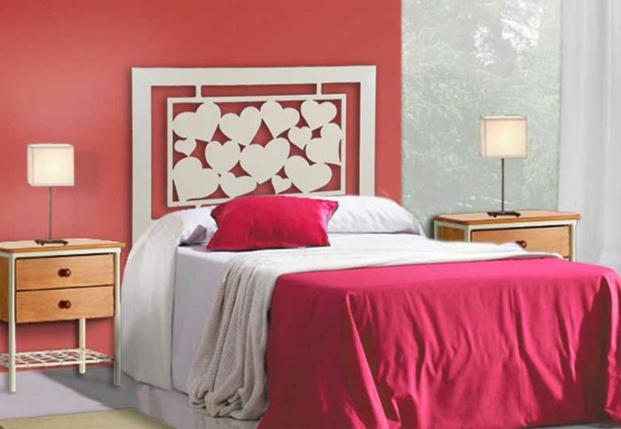 cabeceros de madera, idea romántica de cabecero con tallado de madera con corazones, pared en color salmón, ventanales altos