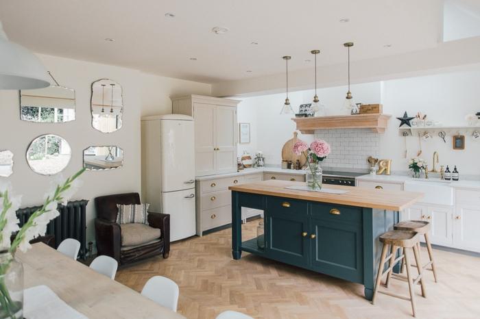 cocinas americanas, cocina en estilo provenzal con barra alargada en el centro del ambiente, espejos decorativos